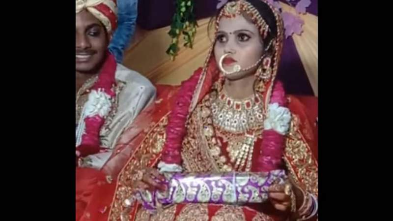 Viral video Bhabhi HATES her wedding gift  Bride turns red faced after opening embarrassing present on stage throws it away Watch
