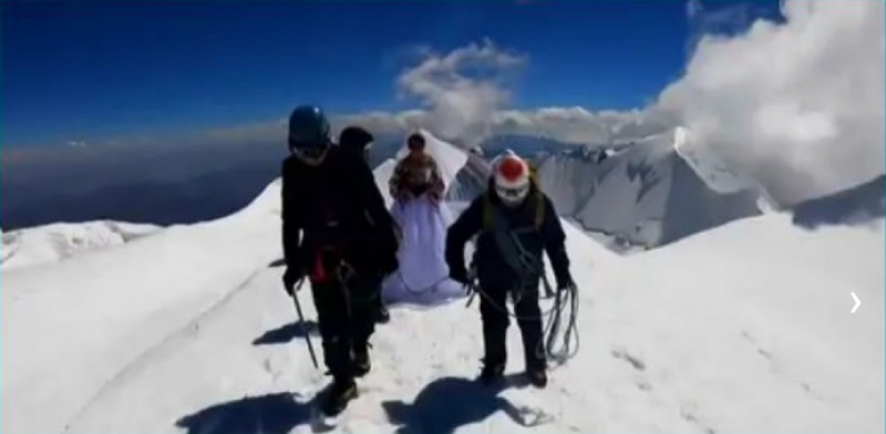 After three days of mountain climbing, then the couple got married wedding