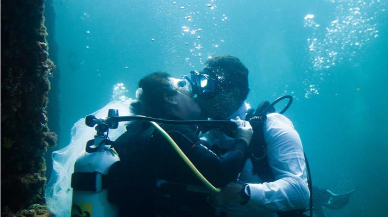 Scuba couple take the plunge under Busselton Jetty in WA's first underwater wedding